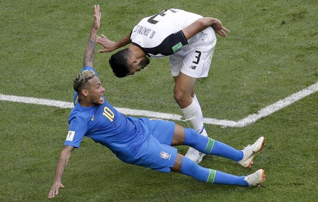 Neymar si žiada pokutový kop.