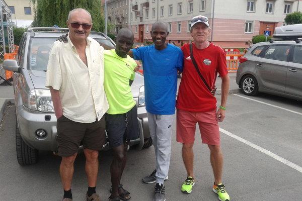 Michal Homola (vľavo) s dvojicou najrýchlejších kenských bežcov tohtoročného Žiarskeho mestského polmaratónu a popredným veteránskym bežcom nášho regiónu Milanom Staňom.