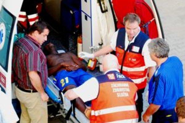 Na snímke záchranári nakladajú do sanitky hráča hostí Erica Sackeyho, ktorý skolaboval v šatni po skončení zápasu.