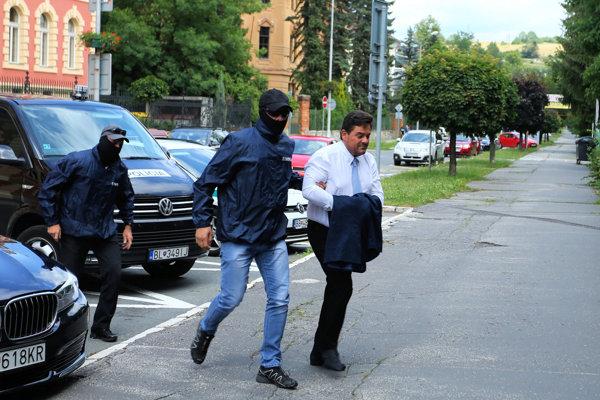 Obvineného Mariana Kočnera privádzajú na Špecializovaný trestný súd v Banskej Bystrici.
