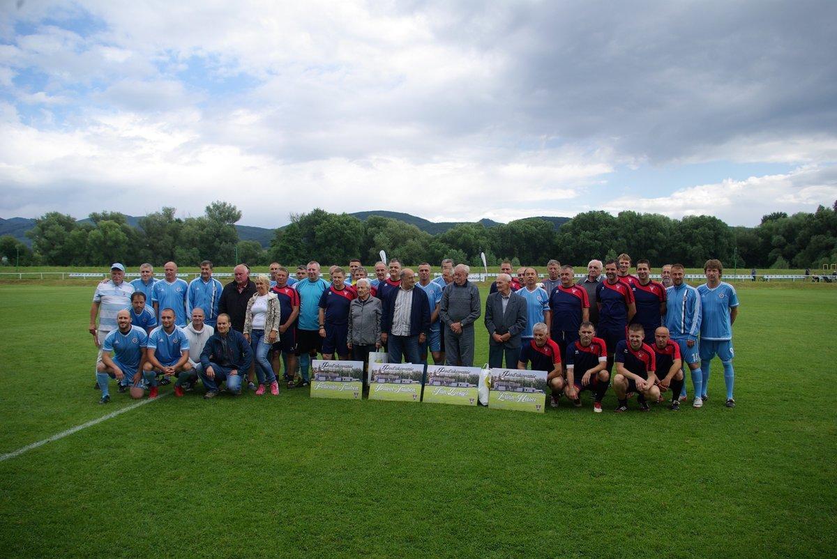 e65553d1cfced Spoločná fotografia starých pánov Slovana a Lovče spolu s ocenenými  legendami miestneho klubu.