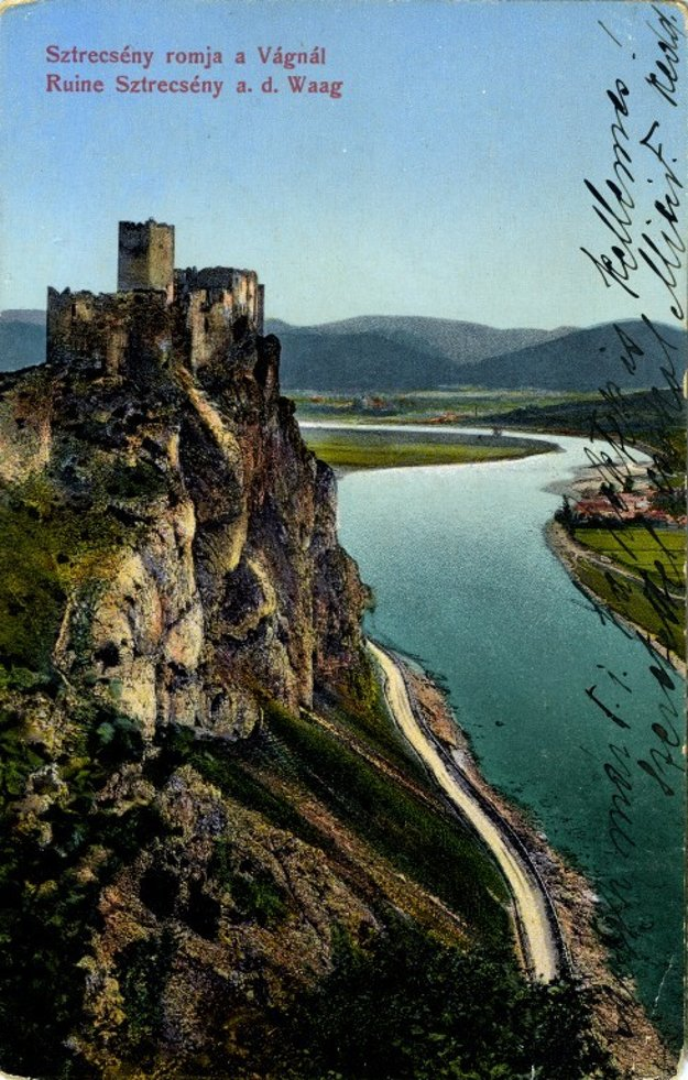 Cesta po hradom Strečno na historickej fotografii.