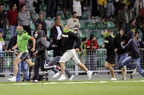 Po zápase vtrhli chuligáni aj na trávnik. Klub bude mať preto zrejme nepríjemnosti.