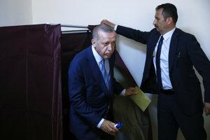 Erdogan a jeho vládna strana sú favoritmi.