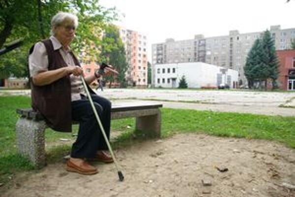Lavičky zo sídliska Vlčince zmizli. Problémy majú najmä dôchodcovia. Na ich ulici zostala jediná nepoškodená lavička.