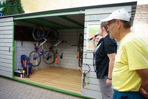 Cykloprístrešok otvoril Alojz Ďurčanský, autor publikácie Cykloturistika v okolí Žiliny.