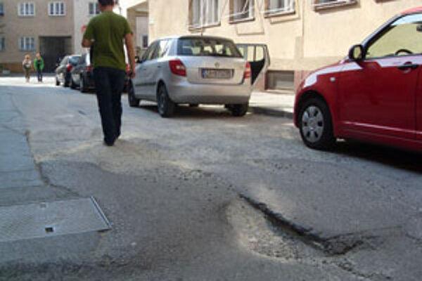 Rozbité cesty v centre hnevajú obyvateľov Žiliny najviac.
