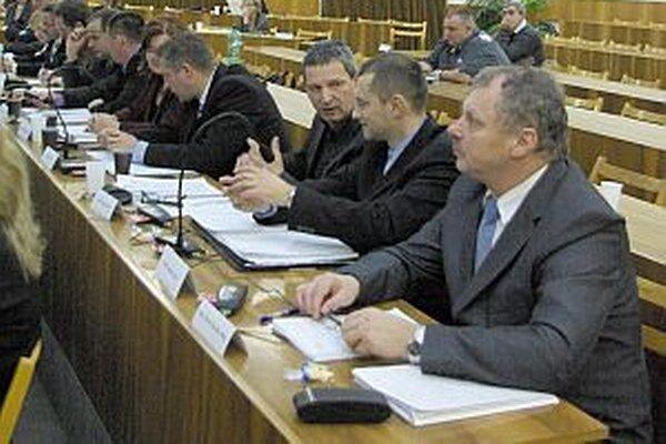 Výhrad mali poslanci viac.Diskutovali aj o zadlženosti mesta do budúcnosti, príjme z predaja majetku a splácaní úveru.