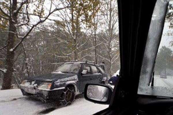 Okrem snehu komplikujú situáciu na cestách aj popadané stromy.