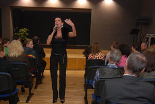 Sisa Sklovská, bývalá absolventka Konzervatória v Žiline, zaspievala v slávnostnom programe počas otvorenia novej koncertnej sály.
