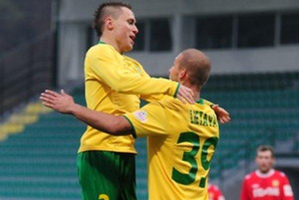 V 16. kole Corgoň ligy 8. novembra 2009 hostil MŠK Žilina MFK Košice. Na snímke sa Žilinčania Ivan Lietava (vpravo) a Stanislav Angelovič tešia z prvého gólu.