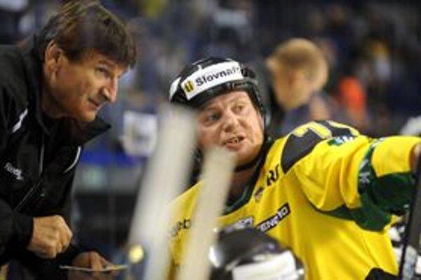 Skúsených tréner počúva. Ján Pleva (vpravo) je v Žiline jedným z najskúsenejších.
