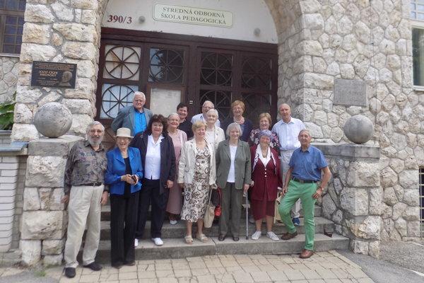 Účastníci stretávky po 60 rokoch od skončenia.