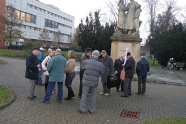 Skupinka komunistov si dnes v parku pripomenuli, čo im vraj 17. november vzal.