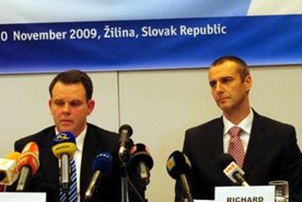 Na snímke zľava štátny tajomník MV SR Jozef Buček a minister zdravotníctva SR Richard Raši.