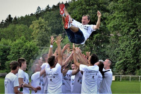 Tréner Igor Pszota pri majstrovských oslavách spoločne so svojimi zverencami.