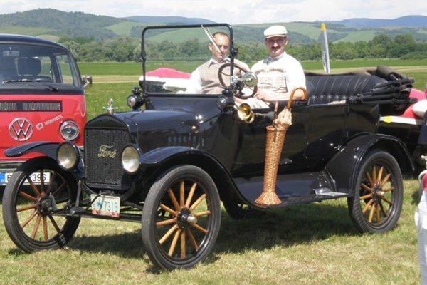 Momentka z predošlých ročníkov a na nej Ford T.