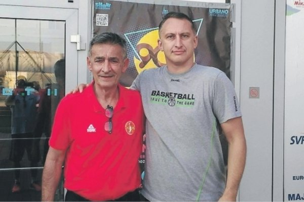 Peter Torda (vpravo) s trénerom Čiernej Hory Bogdanom Tanjevičom.