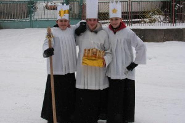 Mladíci v Ďurčinej pri Rajci si zvyknú sviatok pripomenúť. Dodržiavajú tradíciu, prezlečú sa za troch kráľov chodia vinšujúc. Fotografia je z minulého roku.