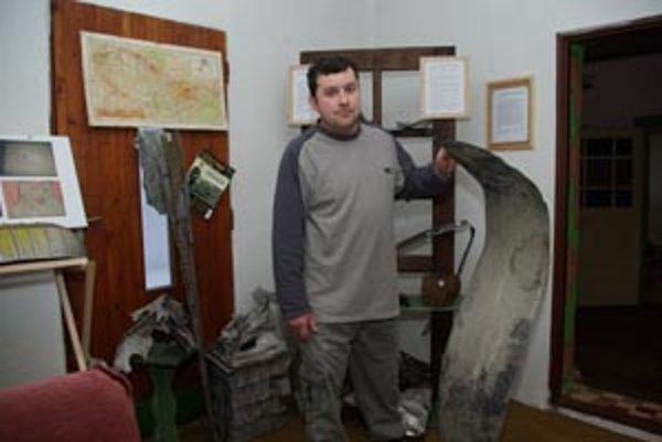 Milan Zubáň pri svojich unikátnych exponátoch.
