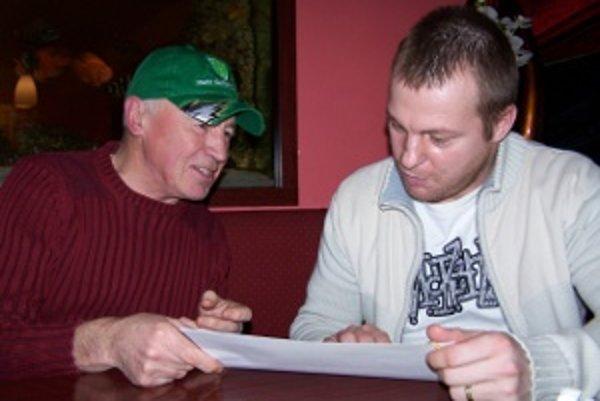 Fanúšik Zdeno Šlauka (vľavo) a obľúbený hráč, hokejista Ján Pleva v reštaurácii.