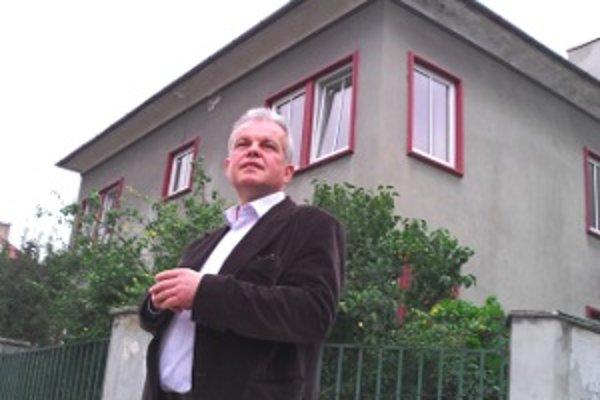 Vladimír Vidra pred problémovým domom. Svojich práv sa nemieni vzdať za žiadnu cenu.