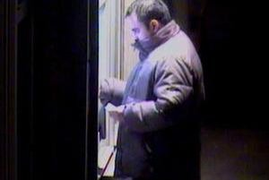 Takto vyberá zlodej peniaze z bankomatu.