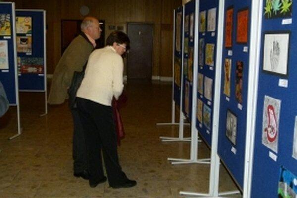 V Dome kultúry v Ilave vystavujú okolo 150 žiackych výtvarných diel.