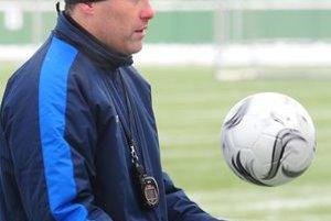 Tréner MŠK Pavel Hapal na prvom tohtoročnom tréningu.