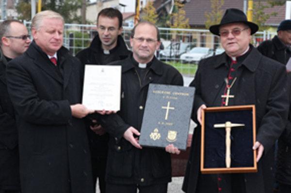 Biskup Tomáš Galis (celkom vpravo) a generálny vikár Žilinskej diecézy Ladislav Stromček (vedľa neho) poklepali základný kameň Communia na jeseň.