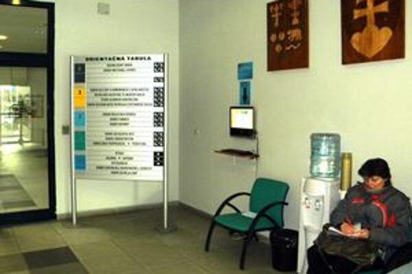 Počítač na chodbe úradu, kde sa dozviete o korupcii.