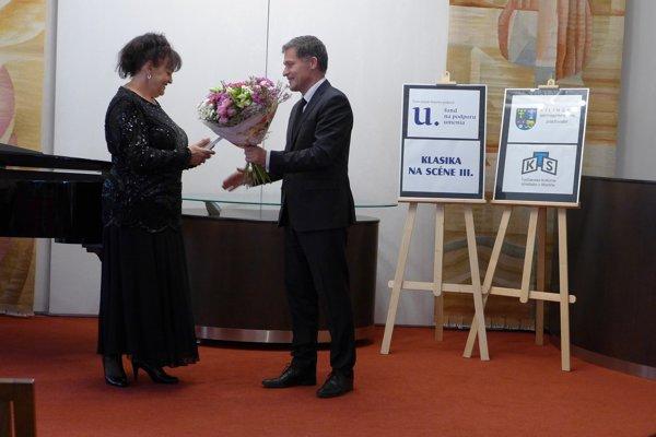 Ľubica Rybárska pri preberaní čestného uznania ŽSK za dlhoročné pôsobenie a prínos v opernom speve.