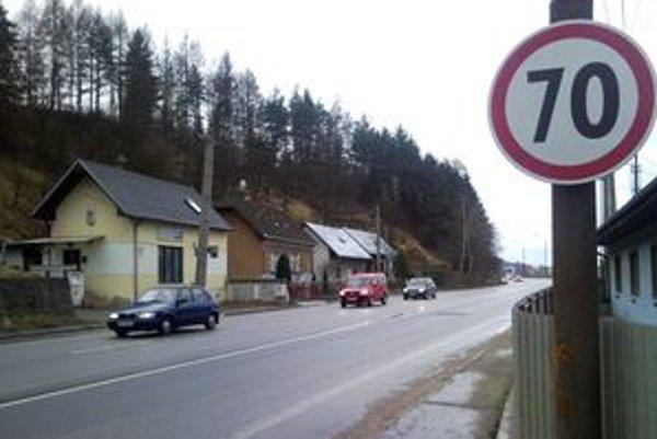 Vyššia rýchlosť prekáža aj susedom cesty. Chcú späť päťdesiatku, polícia ju zamietla.