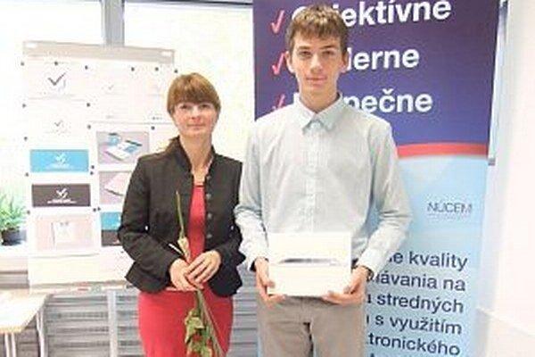 Triedna učiteľka Ľubica Kukučková ho sprevádzala pri prevzatí pamätného listu a iPadu.