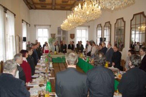 Žilinské mestské zastupiteľstvo sa začalo minútou ticha za obete poľského leteckého nešťastia.