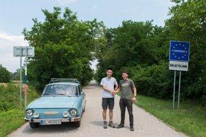 Čínsky študent Charlie s Braňom Chrenkom pri bývalej železnej opone