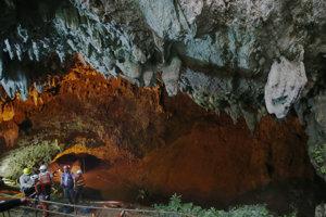 Záchranárom sa podarilo zachrániť mladíkov, ktorí uviazli v jaskyni.