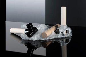 Ľahké dyhové tyče vyrobené z recyklovaného materiálu so spojovníkmi.