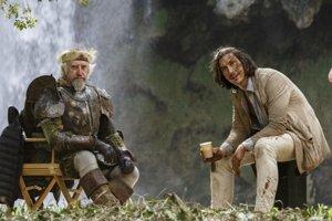 Jonathan Pryce a Adam Driver vo filme Muž, ktorý zabil Dona Quijota.