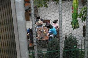 Hostia vidia na balkóny, obyvatelia na hostí a dáždniky, ktoré majú neželaným pohľadom zabrániť, sú stiahnuté.