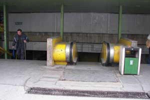 Eskalátor vedúci do podchodu na železničnú stanicu z Národnej ulice už roky nefunguje. Rovnako ani zdvíhacie plošiny pre imobilných občanov pri východoch k jednotlivým nástupištiam.