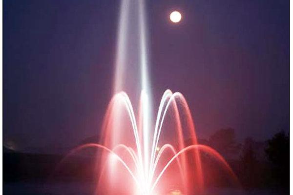 Aj takto by fontána na hladine priehrady mohla vyzerať.