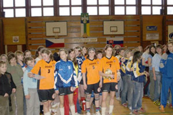 Mladé bytčianske hádzanárky po vyhlásení výsledkov turnaja.