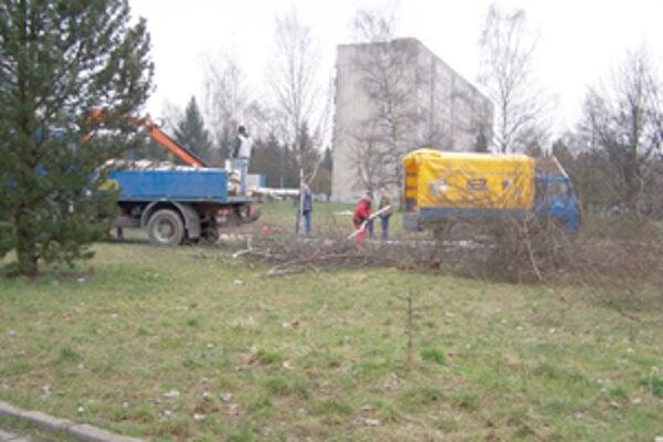 Predminulý piatok na Lichardovej ulici vyrúbali stromy. Plánujú tu totiž vybudovať ihrisko. Nám sa podarilo zistiť, že stromy museli zlikvidovať preto, že len o pár metrov ďalej na pôvodnom ihrisku stavajú obytné domy.