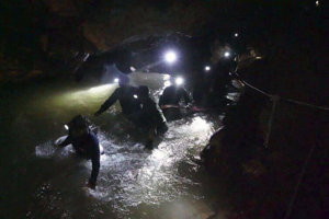 Záchranári vo vnútri jaskynného komplexu Tcham Luang Nang Non