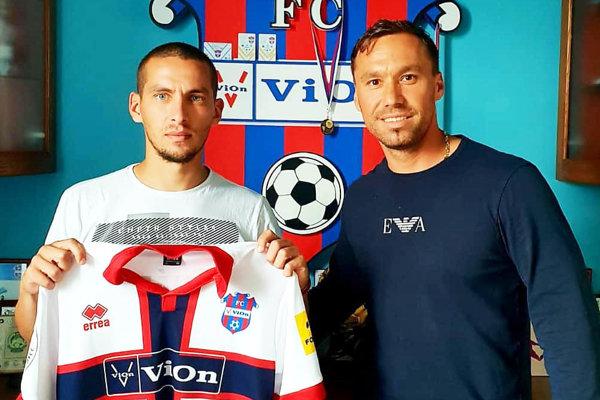 Jeden z novicov Jakub Brašeň so športovým riaditeľom Jurajom Koprdom.