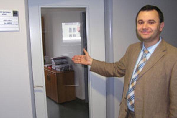 Riaditeľ Úradu ŽSK Pavol Holeštiak je na nové dvere na kanceláriach pyšný.
