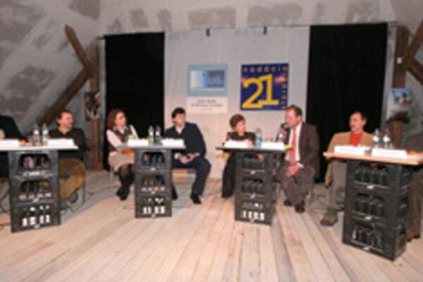 Hosťami diskusného fóra na tému o právach človeka boli: (sprava) Vladimír Pirošík, Štefan Folkman, Jiří Fiala, Sylvia Gancárová, Róbert Urban, Zuzana Poláčková, Jozef Mičic a moderátor večera Peter Ničík.