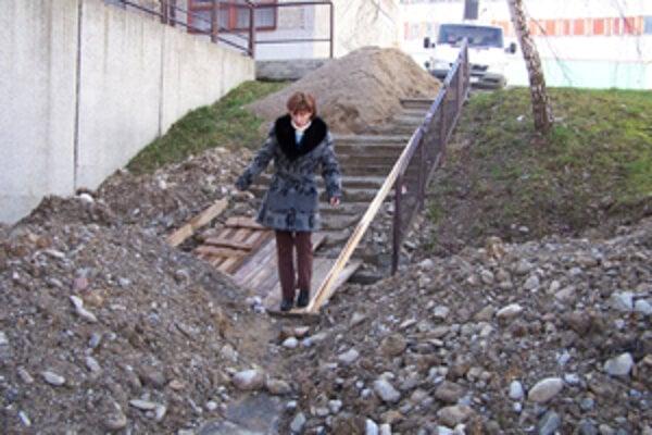 ubomíra sa po schodoch na Hájiku medzi blatom, kopami hliny ajamami prediera každý de atvrdí, že tu môže dôjs kúrazu.