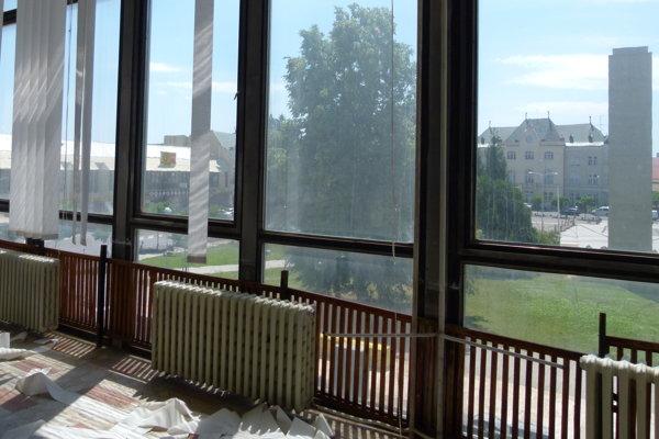 Družba bola postavená v roku 1973. O 40 rokov neskôr, v roku 2012, budovu vypratali. Odvtedy v strede Levíc chátra.